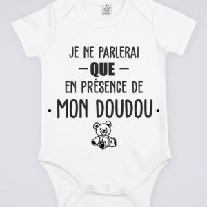 """Image de body blanc pour bébé """"Je ne parlerai que en présence de mon doudou"""" - MCL Sérigraphie"""
