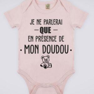 """Image de body rose pour bébé """"Je ne parlerai que en présence de mon doudou"""" - MCL Sérigraphie"""