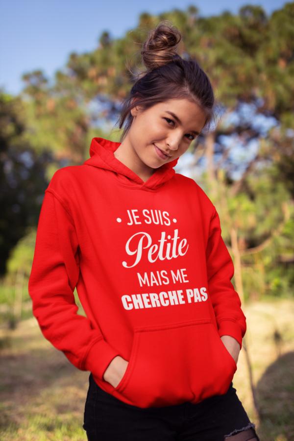 """Image de sweat à capuche rouge pour femme """"Je suis petite mais me cherche pas"""" - MCL Sérigraphie"""