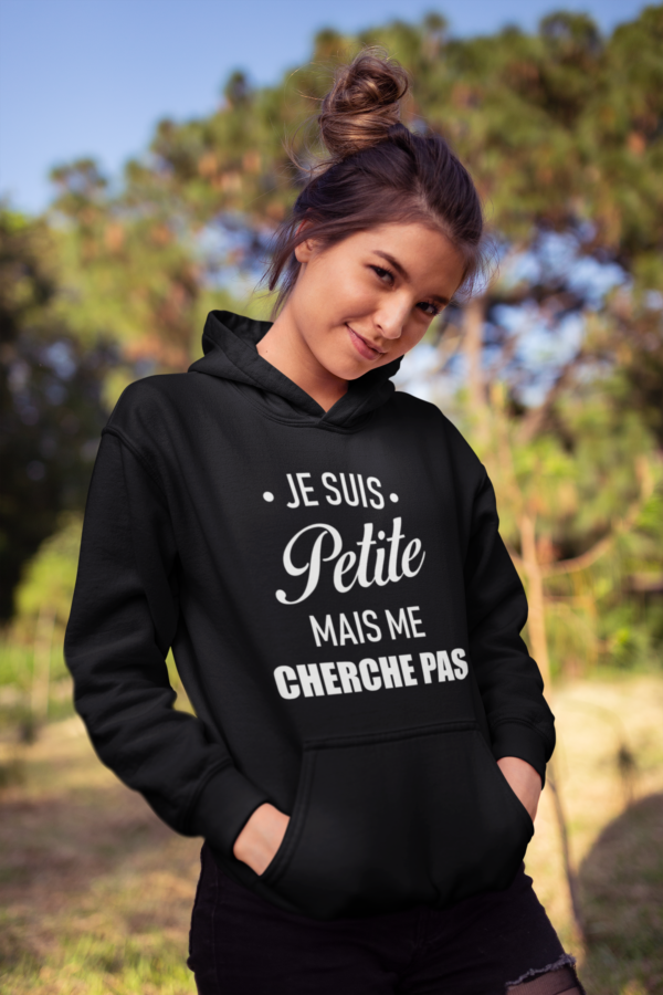 """Image de sweat à capuche noir pour femme """"Je suis petite mais me cherche pas"""" - MCL Sérigraphie"""
