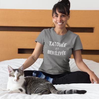 """Image de t-shirt gris pour femme """"Tatouée et bien élevée"""" - MCL Sérigraphie"""