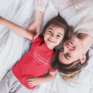"""Image de t-shirt rouge enfant """"Mon héros ? Ma maman"""" - MCL Sérigraphie"""