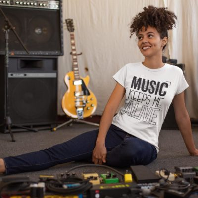 """Image de t-shirt blanc pour femme """"Music keeps me alive"""" - MCL Sérigraphie"""