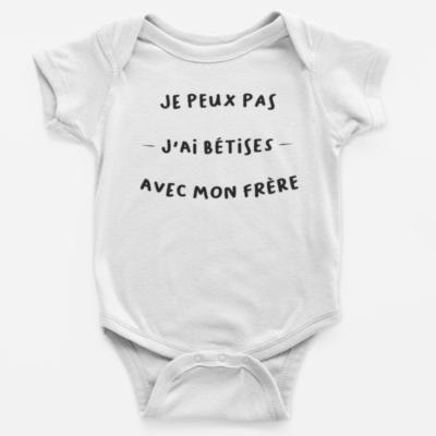 """Image de body bébé blanc """"Je peux pas, j'ai bêtises avec mon frère"""" - MCL Sérigraphie"""