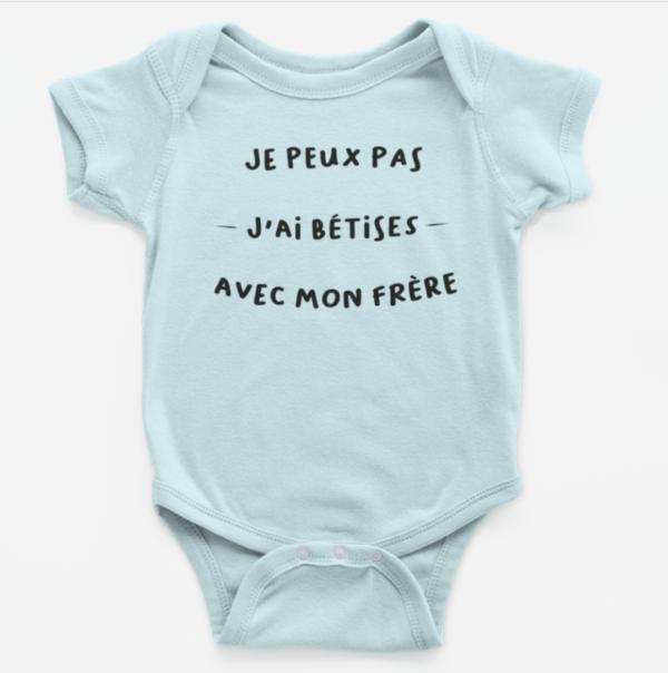 """Image de body bébé bleu """"Je peux pas, j'ai bêtises avec mon frère"""" - MCL Sérigraphie"""