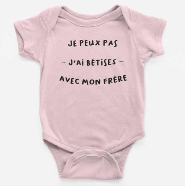 """Image de body bébé rose """"Je peux pas, j'ai bêtises avec mon frère"""" - MCL Sérigraphie"""