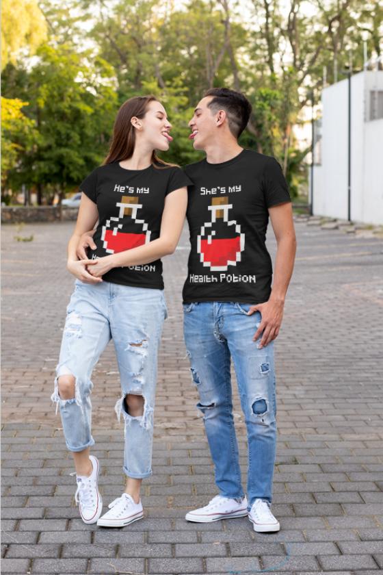 """Image de duo de t-shirts noirs homme et femme """"He's my health potion/She's my health potion"""" - MCL Sérigraphie"""