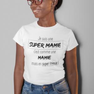 """Image de t-shirt blanc pour femme """"Je suis une super mamie, c'est comme une mamie, mais en super mieux"""" - MCL Sérigraphie"""
