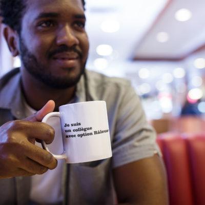 """Image de mug """"Je suis un collègue avec option râleur"""" - MCL Sérigraphie"""