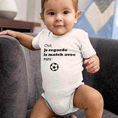 """Image de body bébé blanc """" Chut, je regarde le match avec papa""""- MCL Sérigraphie"""